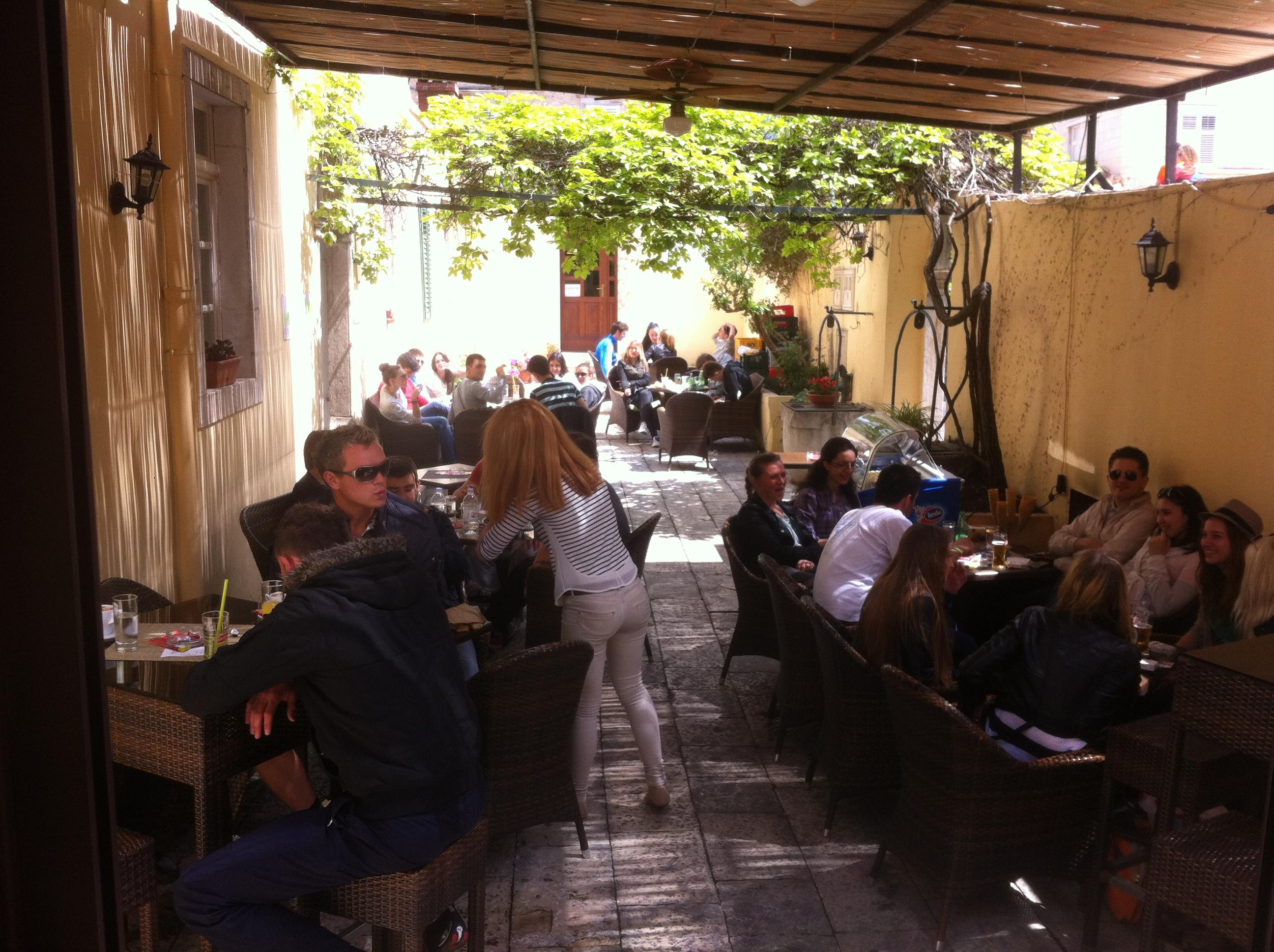 Pogled na dvorište caffe bara Lido